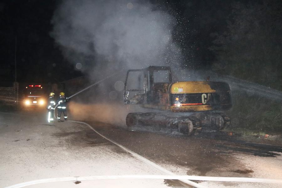 田阳一工地挖掘机凌晨着火被消防扑灭(组图)