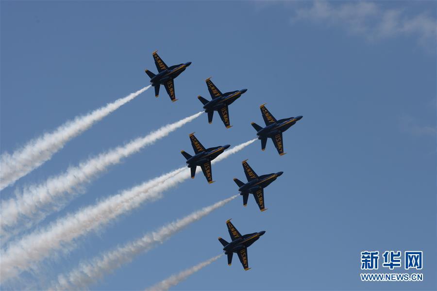(国际)(1)美国海军举行特技飞行表演