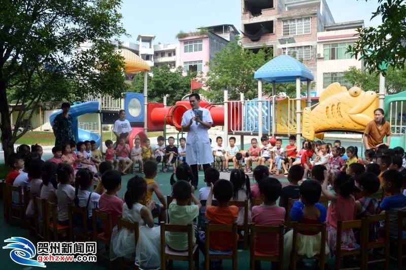 医务人员入园宣传手足口病等夏季传染病防控工作