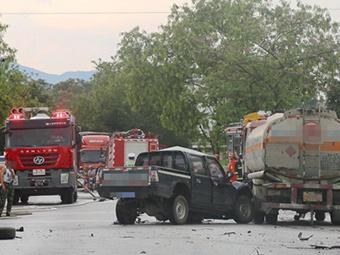 槽罐车与皮卡车相撞致一人死亡 交通堵塞近2公里