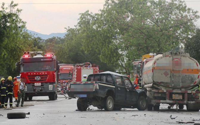 槽罐车与皮卡车相撞致一人死亡