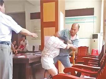 焦点图:藤县这对男女火了 刚打完架就领结婚证