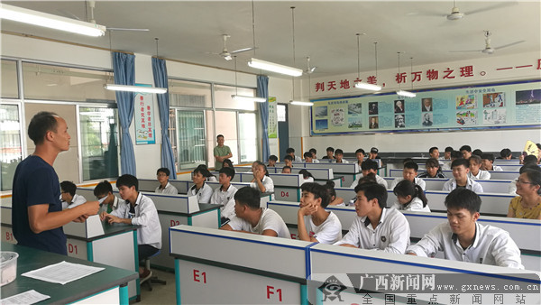 仙葫学校:和体育老师谈学习成迎战中考新举措