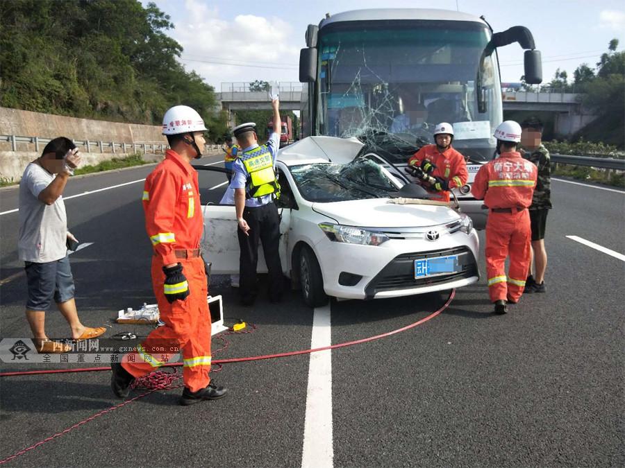 兰海高速大客车与小轿车相撞 事故致一人死亡(图)