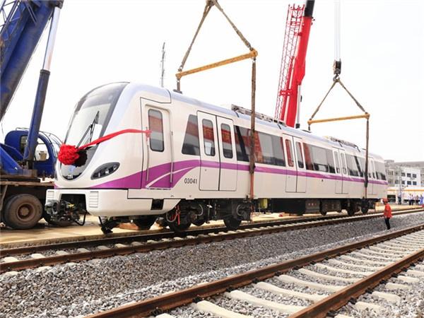 """29日焦点图:南宁地铁3号线列车亮相 """"锦绣紫""""亮眼"""