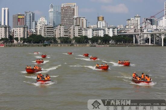 广西进入汛期 武警广西总队在柳江河水域开展集训