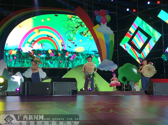 孩子们身穿创意服装表演时装秀节目《四季童话》.