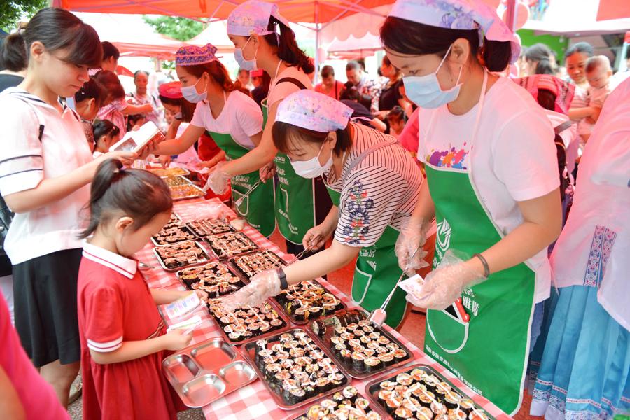 """龙胜幼儿园举办美食节迎""""六一"""" 家长孩子大饱口福"""