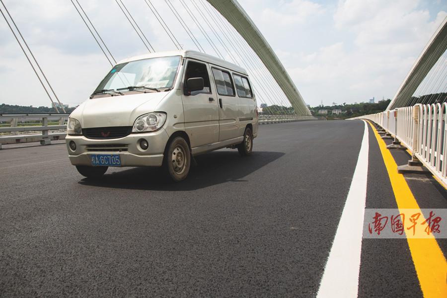 """6月1日焦点图:国内首条""""石墨烯公路""""在南宁建成通车"""