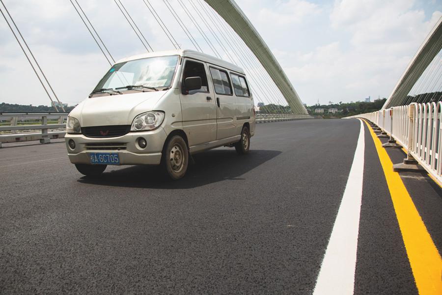 """1日焦点图:国内首条""""石墨烯公路""""在南宁建成通车"""