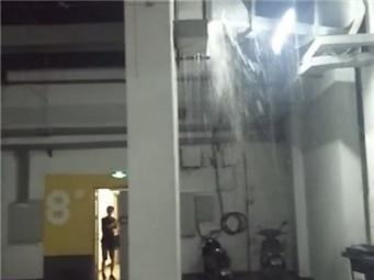 """焦点图:大雨致小区内涝 电梯成""""水帘洞"""""""