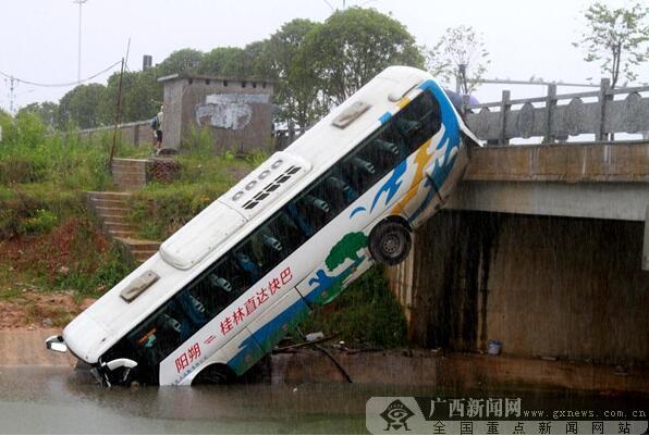 6月5日焦点图:大客车与拖拉机相撞 车头坠桥6人受伤