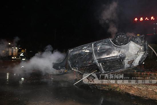 车主酒后开车撞上道路花圃翻车起火 消防快速扑救
