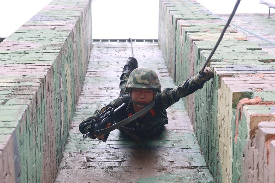 高清组图:武警特战队员进行越野挑战等极限训练