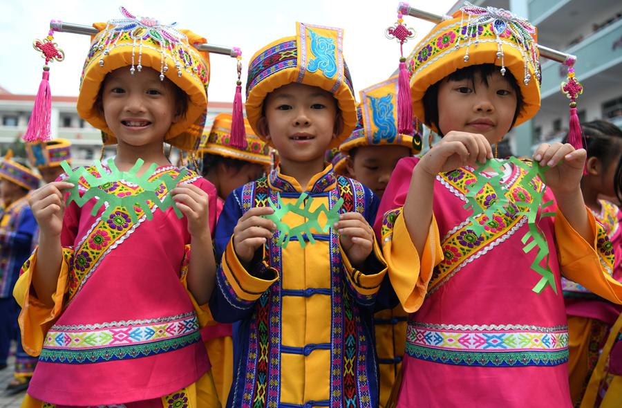 弘扬民族传统文化 非遗剪纸活动走进罗城校园(图)