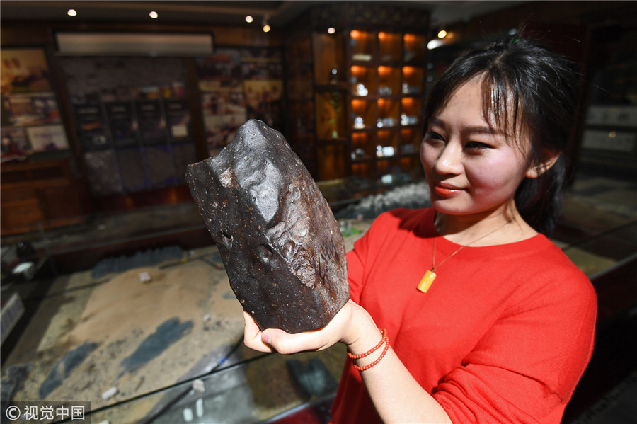 贵阳女孩5年数百次穿梭戈壁 捡回600多颗陨石(图)