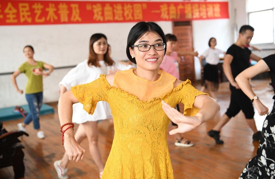 戏曲进校园 罗城教师集中学习戏曲表演技艺(组图)