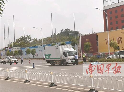 南宁:老人过马路被撞倒 司机称视线被遮挡(图)