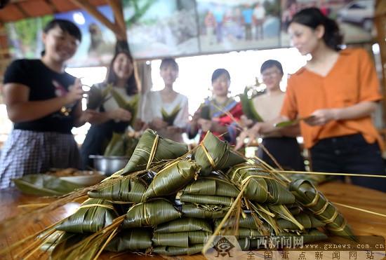 融安雅瑶乡壮族群众赶制五彩粽子喜迎端午
