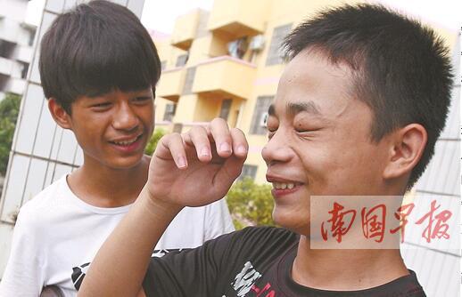 患脑瘫的哥哥行动不便 弟弟背着哥哥去上学(图)