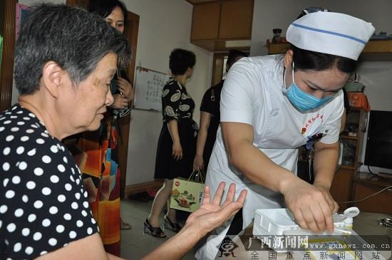 端午送温暖 柳州市红会医院党日活动走进弯塘社区