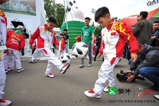 踢球吧!少年强 中国足球少年登上世界杯开幕式