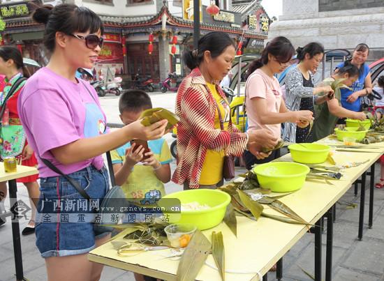 粽叶飘香 田阳举办包粽子比赛(图)