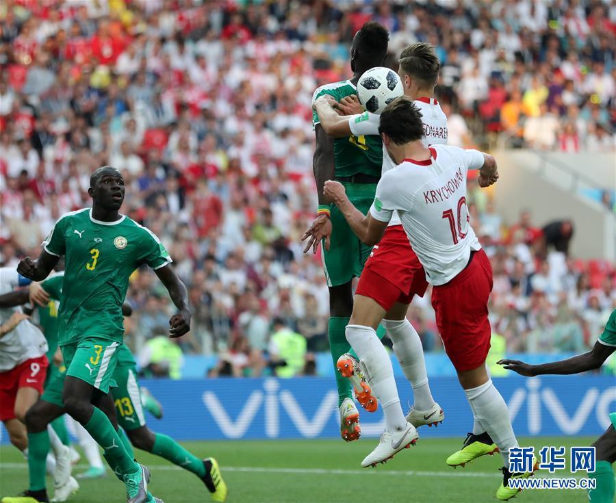 (世界杯)(1)足球――H组:波兰队克里霍维亚克头球建功