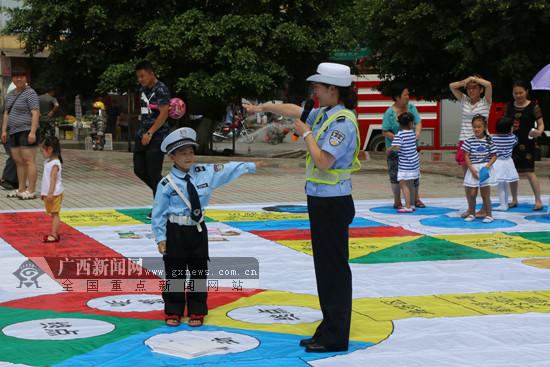 """孩子玩""""交安飞行棋""""互动游戏学交通安全知识(图)"""