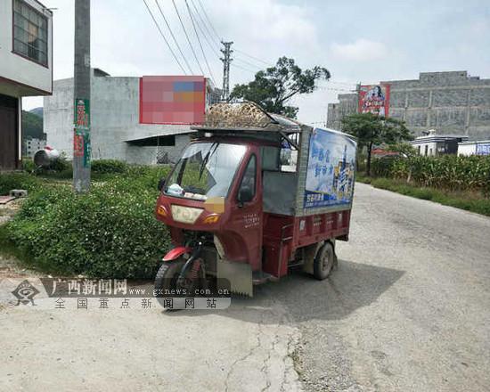马山一辆三轮车非法载客塞进14人被交警拦下(图)