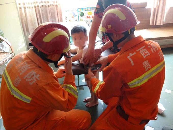4岁熊孩子贪玩被卡床洞 消防锯床破拆救出(组图)