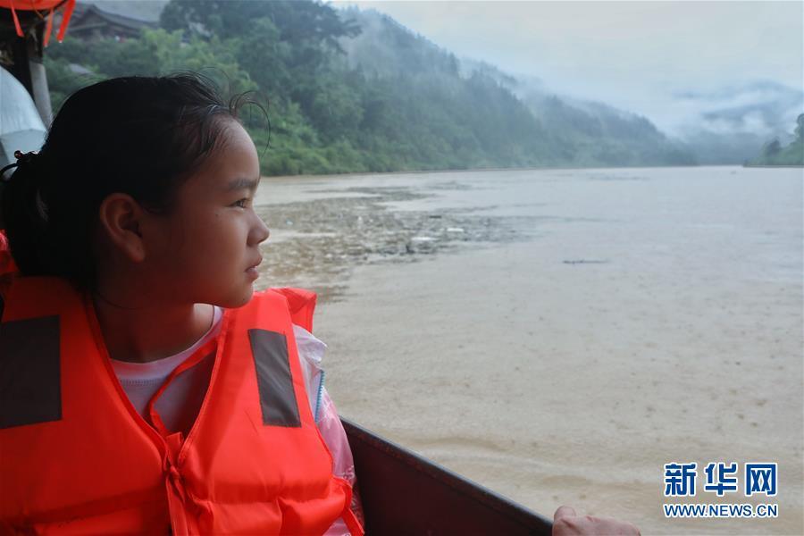 (社会)(4)贵州榕江:汛前紧急渡河 学生安全回家