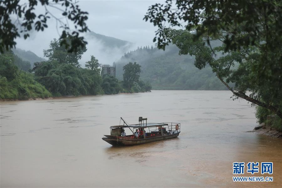 (社会)(8)贵州榕江:汛前紧急渡河 学生安全回家