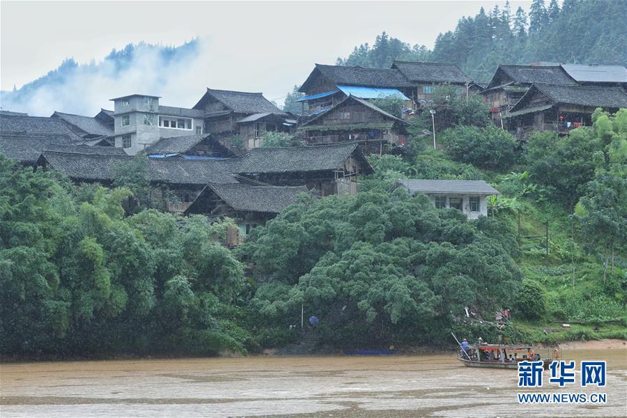 (社会)(9)贵州榕江:汛前紧急渡河 学生安全回家