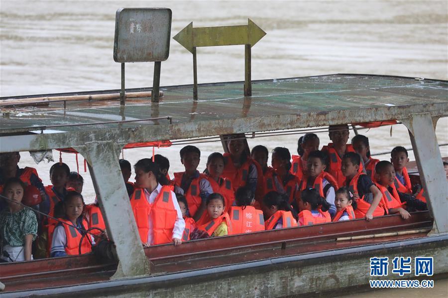 (社会)(3)贵州榕江:汛前紧急渡河 学生安全回家
