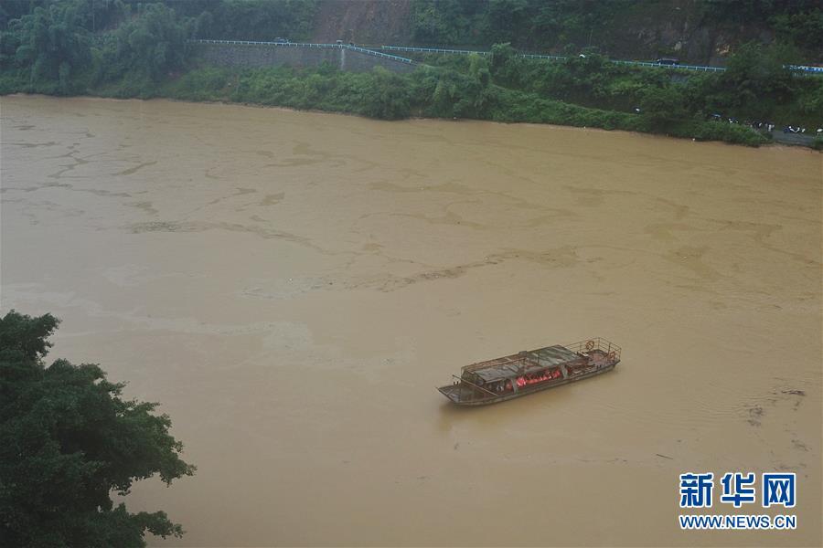 (社会)(5)贵州榕江:汛前紧急渡河 学生安全回家