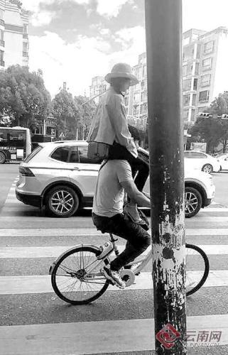 """最新电子游戏网址:女孩骑在男朋友肩头?共享单车""""花式""""载人很危险!"""