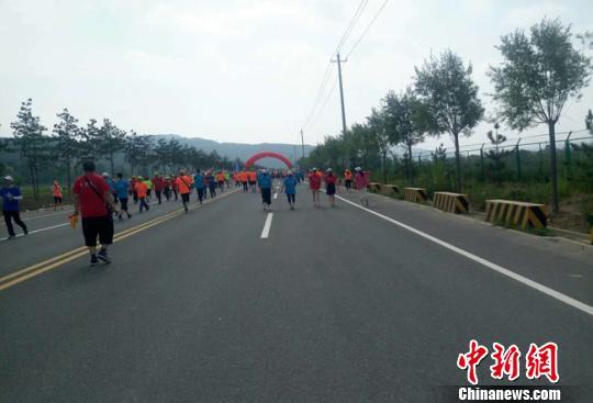 三千余名选手甘肃清水健步走奥运冠军助威倡全民健身