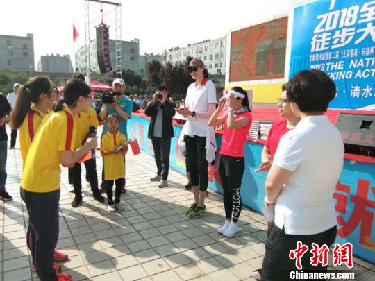 图为奥运冠军赵蕊蕊、王丽萍、邹凯领读誓词分队领走,倡导全民健身。 钟欣 摄