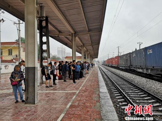 7月3日,甘肃陇西车务段管内迎来又一次大雨,下行客车全部晚点。陇西车务段陇西车站落实客车晚点各项措施,抓好上下行客流疏导、分区候车工作。关杰 摄 据中铁兰州局介绍,因此次强降雨恰逢暑运伊始且处于列车运行图调整期间,降雨给该集团公司运输安全带来了严峻考验。为确保铁路运输安全,该集团迅速启动应急预案,于7月2日3时58分下达调度命令,封闭兰渝铁路羊木至姚渡区间,并第一时间组织开展线路及设备巡查,排除安全隐患。至2日8时53分,该集团管内完成各项检查工作,封闭区间上下行线路恢复通车,限速运行。 为全面保障客运