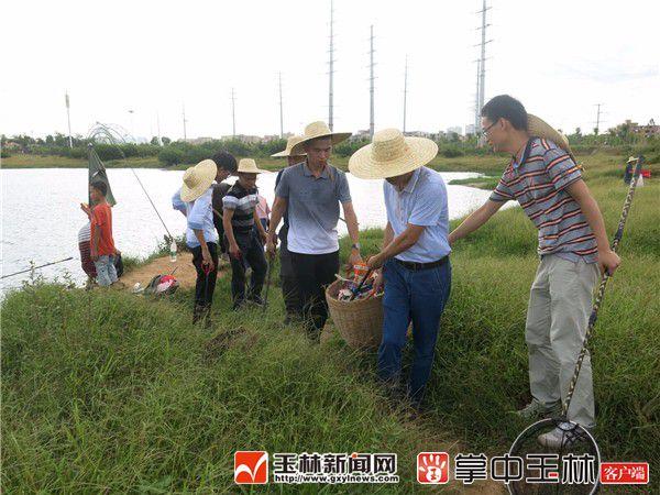 7月2日,市委宣传部党支部党员干部到南流江开展河道周边垃圾及水中漂浮物清理。.jpg