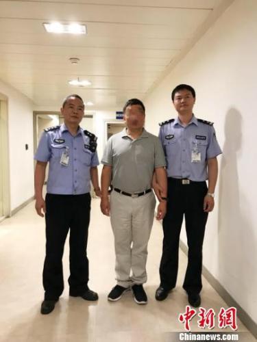 上海警方成功劝返一名潜逃国外21年犯罪嫌疑人