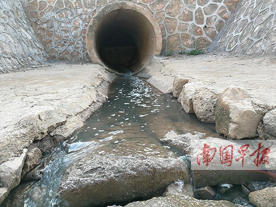 南宁市良庆区辖区内河整治过后仍有污水溢出(图)