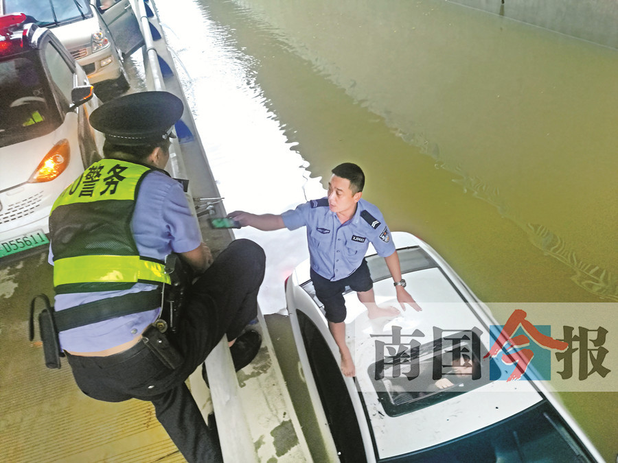 小车冲入积水路段司机被困水漫及胸 民警砸窗救人
