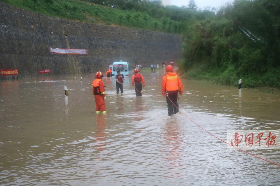 南丹:中巴车被困水中 消防紧急转移7人