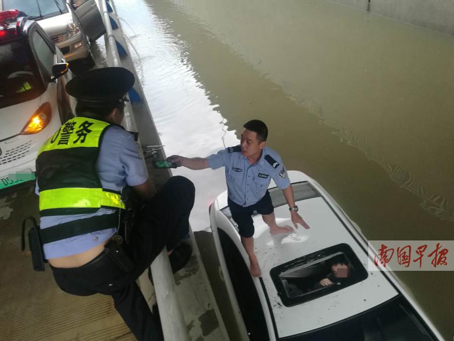 柳州一辆小车通过积水路段时熄火 民警砸天窗救人