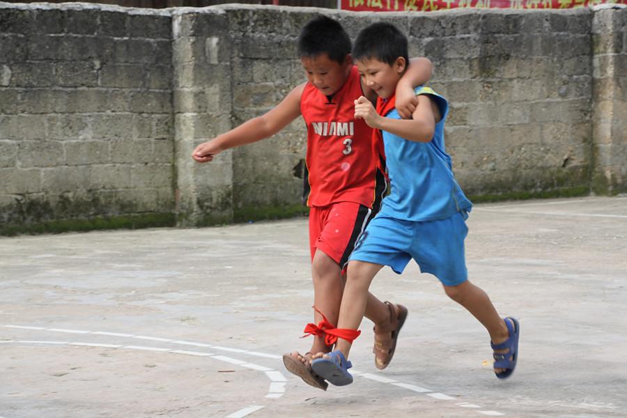 志愿者与孩子们开展互动游戏
