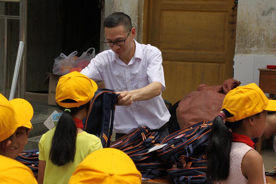 """活动主办方相关同志给孩子们赠送""""护身铠""""套装"""