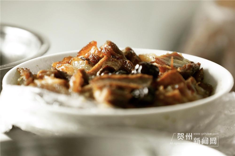 除了菜酿,扣肉和酸扣也是每个客人的必点菜。碗倒扣在芭蕉叶上,形成龟背;肉皮金黄,肥而不腻,香芋软糯,芋嚼鲜美,香气扑鼻,回味无穷。