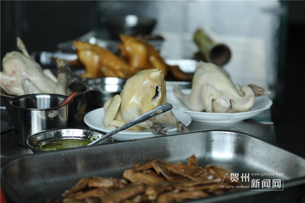 走进干净整洁的厨房,大家早已开始忙碌,新鲜美味的食材放在长桌上待命。宋雨拿出铺满芭蕉叶的簸箕,一场美食盛宴即将上演。